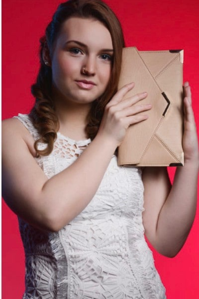 Halle Brooke (18)