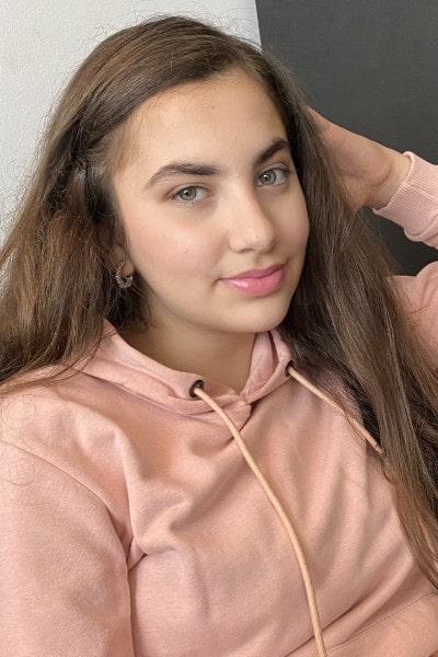 Yasemin Basri (19)